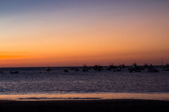 Άποψη ηλιοβασιλέματος του κόλπου με τα αλιευτικά σκάφη Στοκ φωτογραφία με δικαίωμα ελεύθερης χρήσης