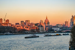 Άποψη ηλιοβασιλέματος του ορίζοντα του Λονδίνου που λαμβάνεται από τη γέφυρα του Βατερλώ Στοκ Φωτογραφίες