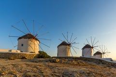 Άποψη ηλιοβασιλέματος των άσπρων ανεμόμυλων στο νησί της Μυκόνου, Ελλάδα Στοκ εικόνες με δικαίωμα ελεύθερης χρήσης