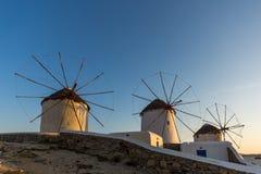 Άποψη ηλιοβασιλέματος των άσπρων ανεμόμυλων στο νησί της Μυκόνου, Ελλάδα Στοκ Εικόνες