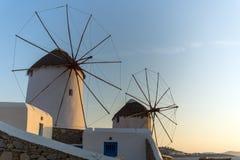 Άποψη ηλιοβασιλέματος των άσπρων ανεμόμυλων στο νησί της Μυκόνου, Ελλάδα Στοκ εικόνα με δικαίωμα ελεύθερης χρήσης