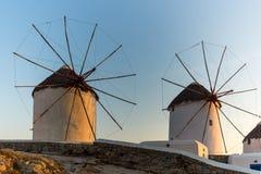 Άποψη ηλιοβασιλέματος των άσπρων ανεμόμυλων στο νησί της Μυκόνου, Ελλάδα Στοκ Εικόνα