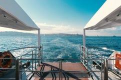 Άποψη θάλασσας από πίσω από τη βάρκα Στοκ Εικόνες