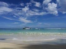 Άποψη θάλασσας από την παραλία στη διάβαση με τη βάρκα στοκ φωτογραφίες με δικαίωμα ελεύθερης χρήσης