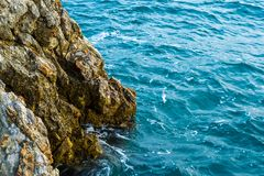 Άποψη θάλασσας από το βουνό Ο απότομος βράχος κατεβαίνει στη θάλασσα αδρεναλίνης στοκ εικόνες