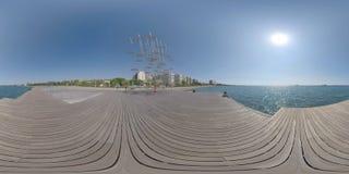 Άποψη θάλασσας και προκυμαιών 360 VR με τα γλυπτά ομπρελών Θεσσαλονίκη, Ελλάδα στοκ εικόνες με δικαίωμα ελεύθερης χρήσης