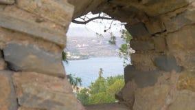 Άποψη θάλασσας μέσω μιας τρύπας στον τοίχο 4K απόθεμα βίντεο
