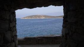 Άποψη θάλασσας μέσω μιας τρύπας στον τοίχο 4K φιλμ μικρού μήκους