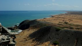 Άποψη θάλασσας με το θρησκευτικό άγαλμα σε Pilà ³ ν de Azúcar, Λα Guajira Κολομβία απόθεμα βίντεο