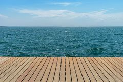 Άποψη θάλασσας σχετικά με την ξύλινη αποβάθρα στοκ φωτογραφία με δικαίωμα ελεύθερης χρήσης