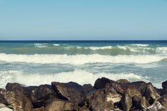 Άποψη θάλασσας της Νίκαιας με τα κύματα με τον αφρό και μεσημβρία βράχων στην ακροθαλασσιά της Μαύρης Θάλασσας στοκ φωτογραφίες