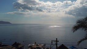 Άποψη θάλασσας τη συμπαθητική θερινή ημέρα: μπλε ουρανός με τα μικρά σύννεφα, το καθαρό μπλε θαλάσσιο νερό και τα ομαλά κύματα, σ φιλμ μικρού μήκους