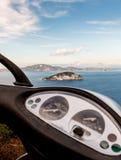 Άποψη θάλασσας από ένα μηχανικό δίκυκλο Στοκ φωτογραφία με δικαίωμα ελεύθερης χρήσης