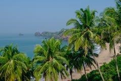 Άποψη θάλασσας από την κρυμμένη παραλία με τους φοίνικες κοντά στην παραλία Agonda, sta Goa Στοκ Φωτογραφίες