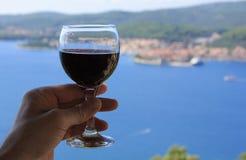Άποψη θάλασσας κόκκινου κρασιού στοκ εικόνα