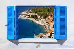 Άποψη θάλασσας μέσω του παραδοσιακού ελληνικού παραθύρου Στοκ Εικόνες
