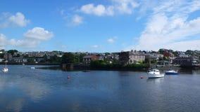 Άποψη θάλασσας σχετικά με τη μικρή πόλη και μια βάρκα, ένα γιοτ σε μια ηλιόλουστη ημέρα Στοκ Φωτογραφία