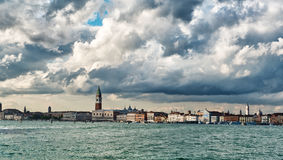 Άποψη θάλασσας του παλατιού καμπαναριών και Doge, Βενετία Στοκ Εικόνες