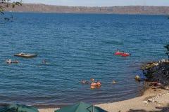 Άποψη λιμνοθαλασσών Apoyo με τους ανθρώπους στην αναψυχή στην ηλιόλουστη ημέρα από Masaya, Νικαράγουα Στοκ Εικόνα