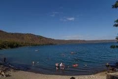 Άποψη λιμνοθαλασσών Apoyo με τους ανθρώπους στην αναψυχή στην ηλιόλουστη ημέρα από Masaya, Νικαράγουα Στοκ Φωτογραφία