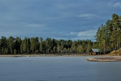 Άποψη λιμνών με μια καμπίνα Στοκ φωτογραφίες με δικαίωμα ελεύθερης χρήσης