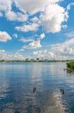Άποψη λιμνών πόλεων με τον όμορφο ουρανό Στοκ Εικόνες