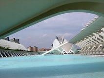 Άποψη κάτω από μια γέφυρα της πόλης των τεχνών και των επιστημών της Βαλένθια Ισπανία στοκ εικόνες