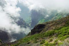 Άποψη κάτω από την αιχμή βουνών Pico do Arieiro στη Μαδέρα στοκ εικόνες