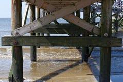 Άποψη κάτω από την ξύλινη γέφυρα στοκ εικόνες