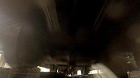 Άποψη κάτω από το τραίνο κατά τη διάρκεια μιας βροχερής ημέρας με την πτώση νερού στο φακό απόθεμα βίντεο