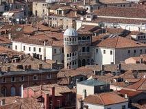 Άποψη κάτω σχετικά με τις στέγες του ιστορικού μέρους κατοικημένων κτηρίων της Βενετίας Στοκ φωτογραφία με δικαίωμα ελεύθερης χρήσης
