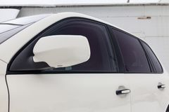 Άποψη καθρεφτών και παραθύρων μπροστινής πλευράς της Porsche Cayenne 957 2007 στο άσπρο χρώμα μετά από να καθαρίσει πριν από την  στοκ φωτογραφία με δικαίωμα ελεύθερης χρήσης
