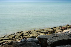 Άποψη και πέτρες θάλασσας Στοκ φωτογραφίες με δικαίωμα ελεύθερης χρήσης
