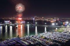 Άποψη και πυροτεχνήματα νύχτας στην πόλη Pattaya, Ταϊλάνδη Στοκ Εικόνα