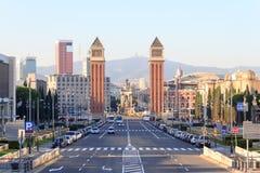 Άποψη κατά μήκος της οδού προς τετραγωνικό Placa δ Espanya και των ενετικών πύργων στη Βαρκελώνη Στοκ Εικόνα