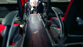 Άποψη κατά μήκος του κεντρικού διαδρόμου σε ένα λεωφορείο ή ένα επιβατηγό όχημα απόθεμα βίντεο