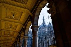 Άποψη κεντρικών πύργων Di Μιλάνο Duomo από το arcade Στοκ Φωτογραφίες