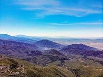 Άποψη κηφήνων άνωθεν το πλαίσιο του κόσμου που κοιτάζει πέρα από το SAN Bernardino Mountains προς το ανατολικό τέλος του SAN Gabr στοκ φωτογραφίες με δικαίωμα ελεύθερης χρήσης