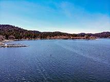 Άποψη κηφήνων που κοιτάζει προς Arrowhead λιμνών το χωριό Στοκ Εικόνες