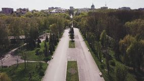 Άποψη κηφήνων σχετικά με την αλέα στο πάρκο μια ηλιόλουστη ημέρα την άνοιξη στην πόλη φιλμ μικρού μήκους