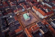 Άποψη κηφήνων σχετικά με το Δημαρχείο στο τετράγωνο αγοράς του Gliwice στοκ εικόνες