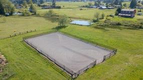 Άποψη κηφήνων του αγροτικού σπιτιού και των πράσινων λιβαδιών στοκ εικόνα με δικαίωμα ελεύθερης χρήσης
