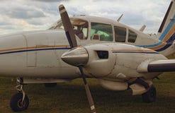 Άποψη κινηματογραφήσεων σε πρώτο πλάνο ενός αεροπλάνου με δύο μηχανές σε μια νεφελώδη ημέρα Ένα μικρό ιδιωτικό αεροδρόμιο σε Zhyt στοκ φωτογραφία με δικαίωμα ελεύθερης χρήσης