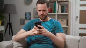 Άποψη κινηματογραφήσεων σε πρώτο πλάνο ενός ατόμου που τυλίγει την τροφή app στο κινητό τηλέφωνό του στο δωμάτιο Αρσενικό που δακ φιλμ μικρού μήκους