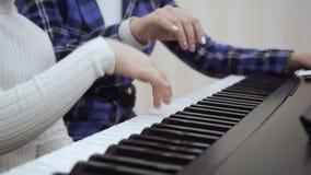 Άποψη κινηματογραφήσεων σε πρώτο πλάνο σε ετοιμότητα του παιδιού που παίζει στο πιάνο φιλμ μικρού μήκους