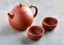 Άποψη κινηματογραφήσεων σε πρώτο πλάνο κινεζικό teapot και δύο φλυτζανιών Στοκ φωτογραφία με δικαίωμα ελεύθερης χρήσης