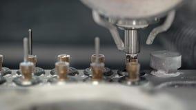 Άποψη κινηματογραφήσεων σε πρώτο πλάνο στην κίνηση του άξονα γεια-ταχύτητας της οδοντικής μηχανής άλεσης φιλμ μικρού μήκους