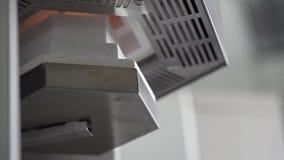 Άποψη κινηματογραφήσεων σε πρώτο πλάνο στη διαδικασία ξήρανσης στον οδοντικό φούρνο φιλμ μικρού μήκους