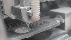 Άποψη κινηματογραφήσεων σε πρώτο πλάνο στη διαδικασία χάραξης στην οδοντική μηχανή άλεσης απόθεμα βίντεο