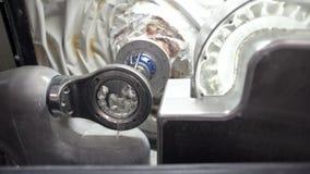 Άποψη κινηματογραφήσεων σε πρώτο πλάνο στη διαδικασία χάραξης στην οδοντική μηχανή άλεσης φιλμ μικρού μήκους